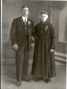 Echtpaar uit Katwijk, vrouw draagt een ijzerjurk, midden 20e eeuw