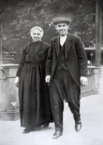 Katwijks echtpaar, vrouw in jak en rok.