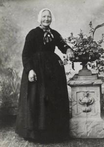 Vrouw met hul uit Rijnsburg, begin 20e eeuw